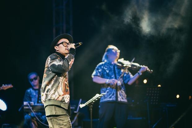 Hà Trần - Uyên Linh đọ giọng ép phê tại mini show đón hoàng hôn trên bãi biển, Hà Lê hát nhạc Trịnh nhưng vẫn giữ tinh thần Underground - Ảnh 8.