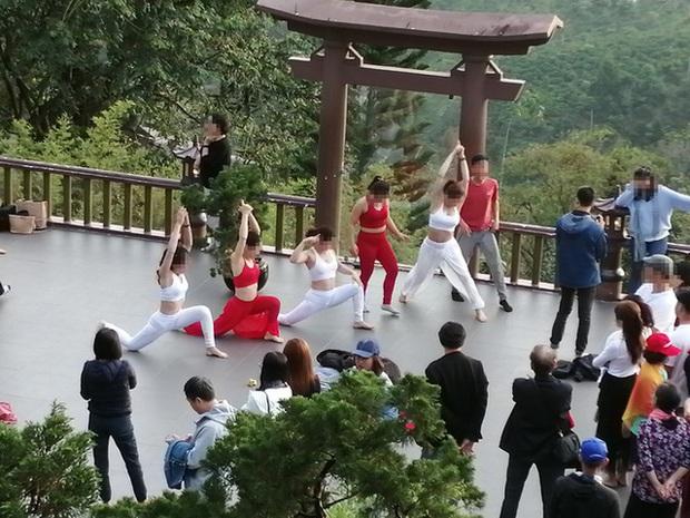 Đại diện chùa Linh Quy Pháp Ấn lên tiếng về hình ảnh nhóm phụ nữ mặc phản cảm khi chụp ảnh - Ảnh 2.