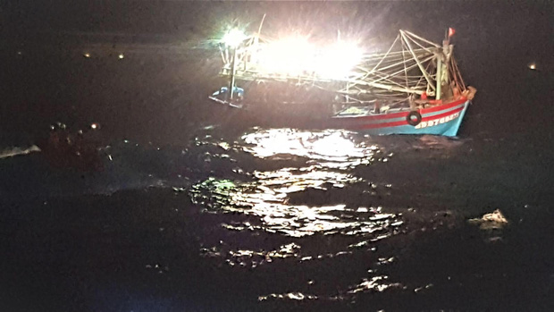 Giải cứu thành công 7 thuyền viên gặp nạn trên vùng biển tỉnh Quảng Trị - Ảnh 1.
