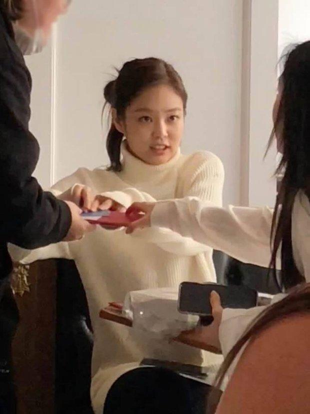 Rosé - Jennie (BLACKPINK) khoe ảnh tuyết rơi nặng hạt gây sốt ở Hàn, fan phát hiện hint hẹn hò với 1 idol nhà SM? - Ảnh 8.