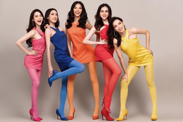 Team Hoàng Thùy khoe hình cười không hề giả trân, netizen nói giống phim hoạt hình - Ảnh 1.