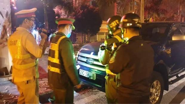 Hà Nội: Không bằng lái, tài xế còn livestream hơn 3 tiếng khi cảnh sát yêu cầu kiểm tra nồng độ cồn - Ảnh 1.