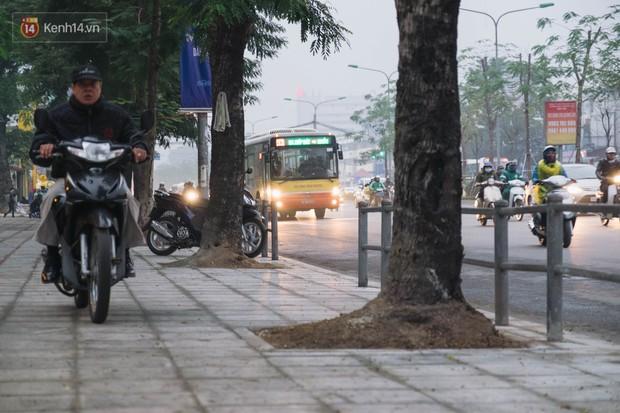 Ảnh: Người dân phi xe ào ào lên vỉa hè để tránh tắc đường, Chủ tịch Hà Nội yêu cầu xử lý nghiêm - Ảnh 18.