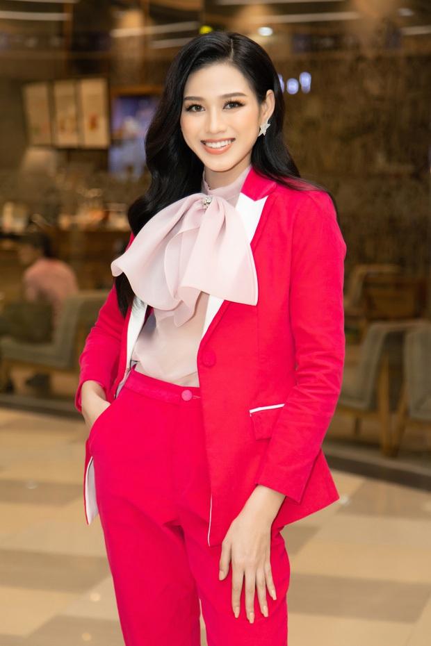 Clip soi cận nhan sắc của Hoa hậu Đỗ Thị Hà qua camera thường ở sự kiện: Không có 7749 app chỉnh, có còn lung linh? - Ảnh 4.