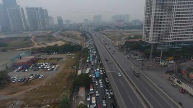 Ảnh: Mỹ Đình bất ngờ thất thủ, người dân vật lộn vượt tắc đường bên hàng đống rác thải và khói bụi trong thời tiết giá lạnh - Ảnh 1.