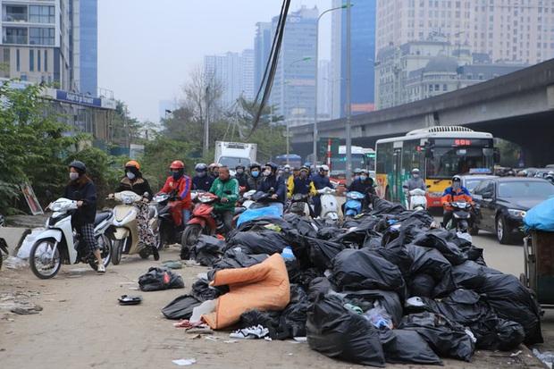 Ảnh: Mỹ Đình bất ngờ thất thủ, người dân vật lộn vượt tắc đường bên hàng đống rác thải và khói bụi trong thời tiết giá lạnh - Ảnh 2.