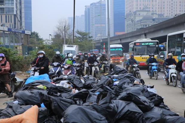 Ảnh: Mỹ Đình bất ngờ thất thủ, người dân vật lộn vượt tắc đường bên hàng đống rác thải và khói bụi trong thời tiết giá lạnh - Ảnh 3.