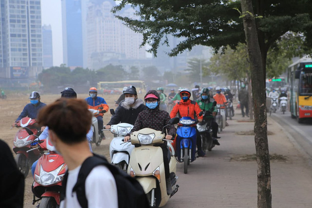 Ảnh: Mỹ Đình bất ngờ thất thủ, người dân vật lộn vượt tắc đường bên hàng đống rác thải và khói bụi trong thời tiết giá lạnh - Ảnh 7.