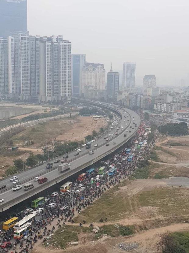 Ảnh: Mỹ Đình bất ngờ thất thủ, người dân vật lộn vượt tắc đường bên hàng đống rác thải và khói bụi trong thời tiết giá lạnh - Ảnh 9.