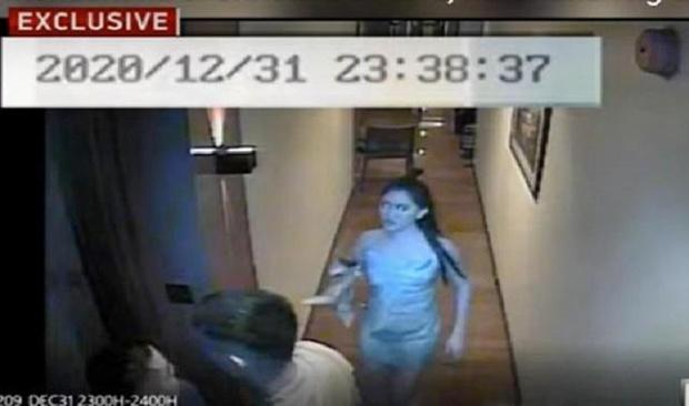 """Vụ Á hậu chết nghi bị hãm hiếp tập thể: Tiếp tục công bố video cô gái hôn đắm đuối """"trai lạ"""", bị bế đi trong trạng thái cứng đờ - Ảnh 2."""