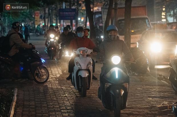 Ảnh: Người dân phi xe ào ào lên vỉa hè để tránh tắc đường, Chủ tịch Hà Nội yêu cầu xử lý nghiêm - Ảnh 15.