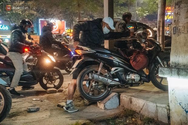 Ảnh: Người dân phi xe ào ào lên vỉa hè để tránh tắc đường, Chủ tịch Hà Nội yêu cầu xử lý nghiêm - Ảnh 9.