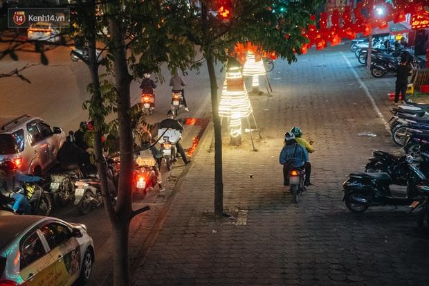Ảnh: Người dân phi xe ào ào lên vỉa hè để tránh tắc đường, Chủ tịch Hà Nội yêu cầu xử lý nghiêm - Ảnh 7.