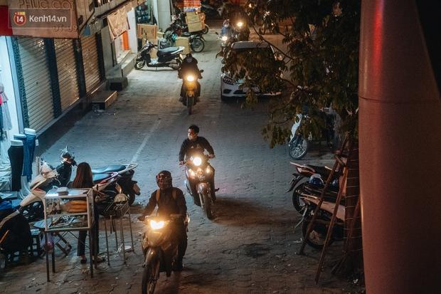 Ảnh: Người dân phi xe ào ào lên vỉa hè để tránh tắc đường, Chủ tịch Hà Nội yêu cầu xử lý nghiêm - Ảnh 6.
