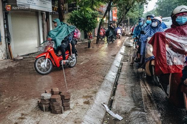 Ảnh: Người dân phi xe ào ào lên vỉa hè để tránh tắc đường, Chủ tịch Hà Nội yêu cầu xử lý nghiêm - Ảnh 4.