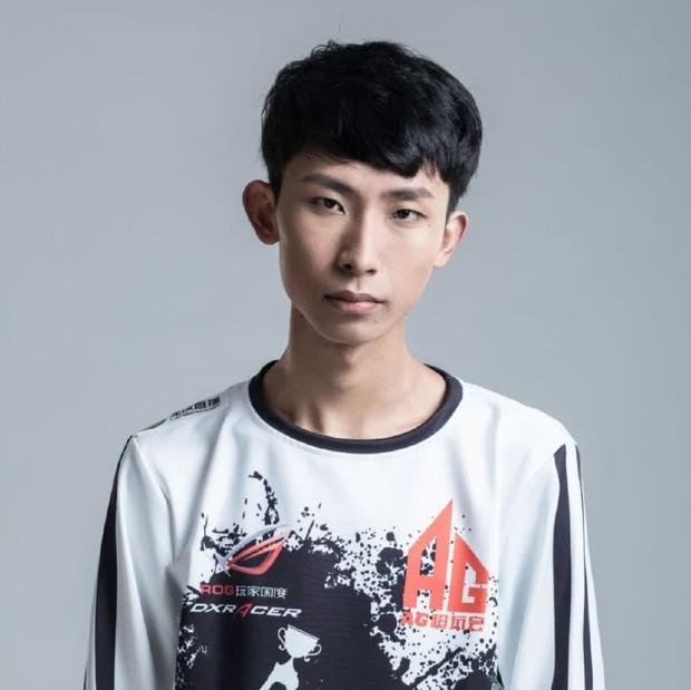 Game thủ từng lọt Forbes Trung Quốc hết đỏ mặt rồi lại tía tai khi được gái xinh xin chụp hình - Ảnh 1.