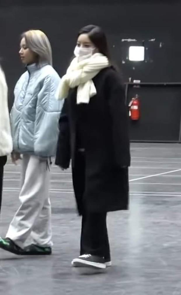 Tấm ảnh gây lú hot nhất hôm nay: Mỹ nhân trong ảnh là Tzuyu, Mina (TWICE) hay nữ thần Jisoo (BLACKPINK)? - Ảnh 5.