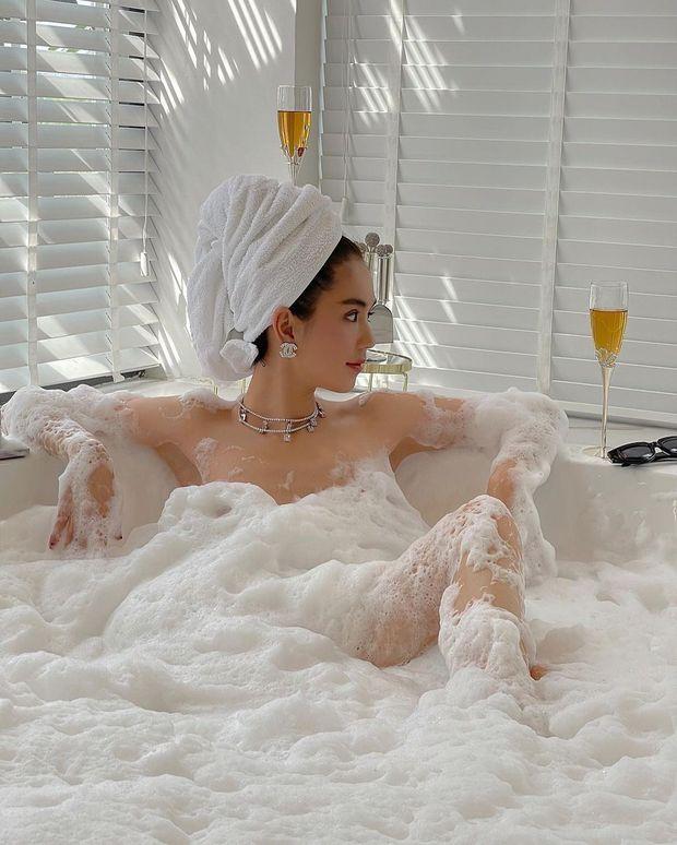 Ngọc Trinh khỏa thân trong bồn tắm, dùng bọt che chắn body nhưng vẫn khiến dân tình mất máu vì quá nóng - Ảnh 2.