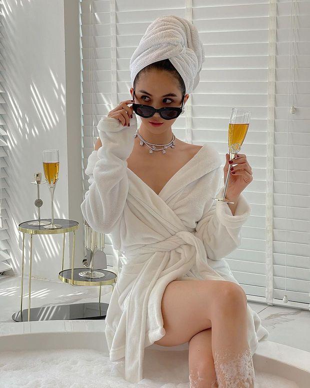 Ngọc Trinh khỏa thân trong bồn tắm, dùng bọt che chắn body nhưng vẫn khiến dân tình mất máu vì quá nóng - Ảnh 3.