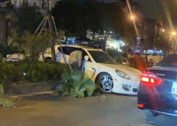 Hà Nội: Xe Porsche mất lái chồm lên dải phân cách ở hầm Kim Liên, tài xế nghi đột quỵ vì lạnh - Ảnh 1.