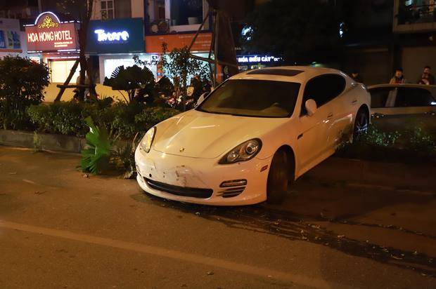 Hà Nội: Xe Porsche mất lái chồm lên dải phân cách ở hầm Kim Liên, tài xế nghi đột quỵ vì lạnh - Ảnh 2.