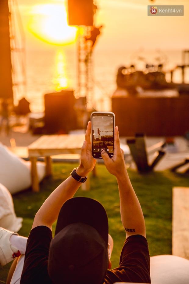 Ngây ngất sân khấu HOT14 WOW Sunset Fest: đắm mình tuyệt đẹp dưới hoàng hôn Phú Quốc, đỉnh cao của chill là đây chứ đâu! - Ảnh 2.