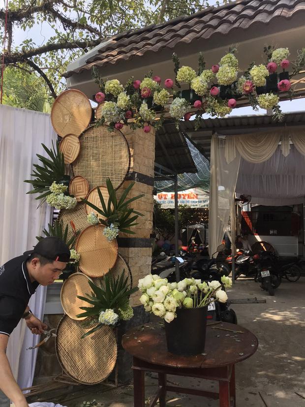 Hé lộ không gian cưới của Á hậu Thúy An ở miền Tây: Cô dâu và Á hậu Phương Nga chèo xuồng, cổng hoa được trang trí lạ mắt - Ảnh 3.