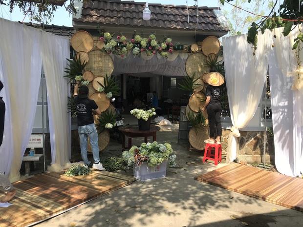 Hé lộ không gian cưới của Á hậu Thúy An ở miền Tây: Cô dâu và Á hậu Phương Nga chèo xuồng, cổng hoa được trang trí lạ mắt - Ảnh 2.