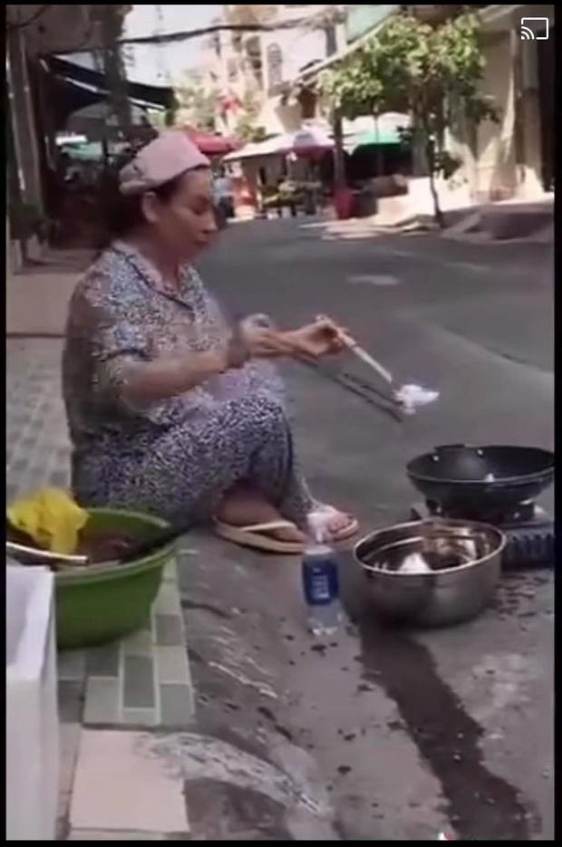 Phi Nhung gây sốt khi có hành động đẹp với người bán vé số, Hương Giang bỗng bị netizen kém duyên réo gọi và cà khịa - Ảnh 3.