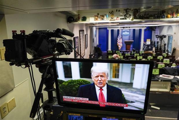 Sau khi bị block tài khoản mạng xã hội, Tổng thống Donald Trump tiếp tục bị YouTube xóa video - Ảnh 2.
