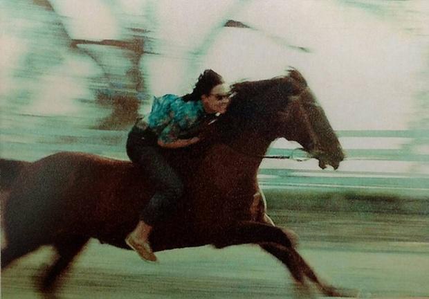 Xem lại ảnh mẹ phi ngựa thuở đôi mươi, cô gái sửng sốt vì phụ huynh tưởng khô khan lại có thể ngầu đến thế! - Ảnh 1.