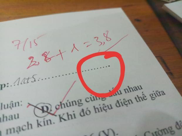 Mã đề thách thức tìm điểm khác biệt, chỉ thêm một dấu chấm ra ngay đề khác, học trò vô tư chép bài rồi khóc thét - Ảnh 1.