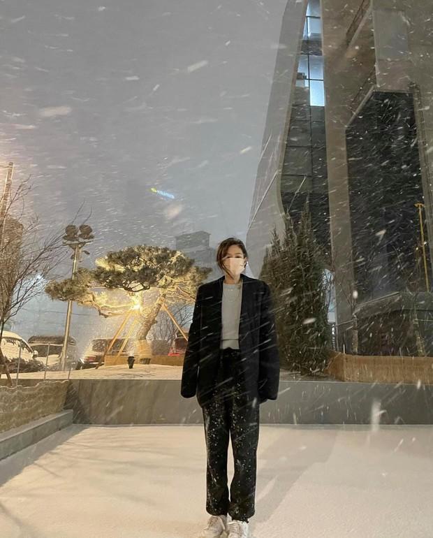 Sao Hàn mặc gì ngày đại hàn: Đỉnh cao mặc đẹp là khi diện toàn đồ dày sụ ấm áp mà vẫn tôn dáng đỉnh cao - Ảnh 1.