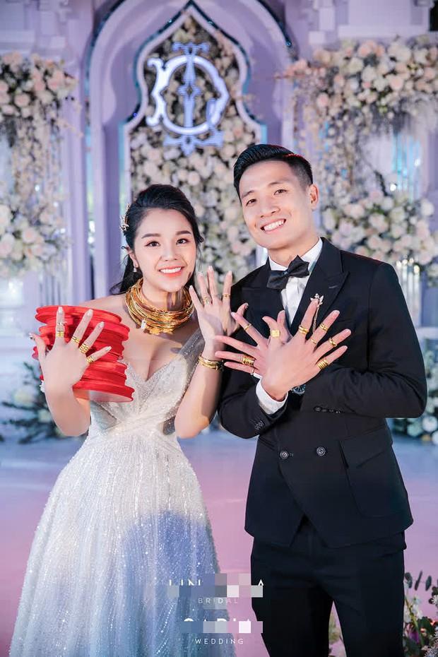 """Đại hội khoe vàng cưới của 2 cô dâu hot nhất Vbiz hôm nay: Thúy An được tặng 10 bộ vòng, Bùi Tiến Dũng phải """"gánh"""" hộ vợ - Ảnh 5."""