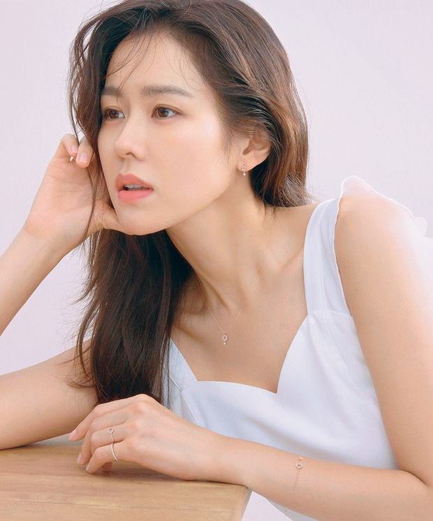 5 bóng hồng bước qua đời So Ji Sub: Toàn mỹ nhân ngực khủng căng tràn bờ đê, Son Ye Jin học vấn thua xa vợ tài tử - Ảnh 6.