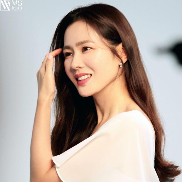 5 bóng hồng bước qua đời So Ji Sub: Toàn mỹ nhân ngực khủng căng tràn bờ đê, Son Ye Jin học vấn thua xa vợ tài tử - Ảnh 5.