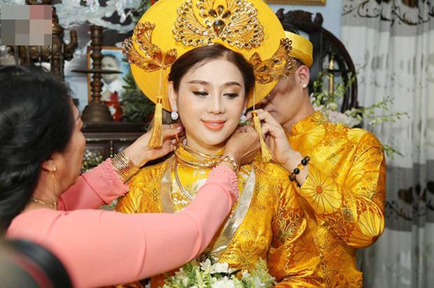 """Đại hội khoe vàng cưới của 2 cô dâu hot nhất Vbiz hôm nay: Thúy An được tặng 10 bộ vòng, Bùi Tiến Dũng phải """"gánh"""" hộ vợ - Ảnh 6."""