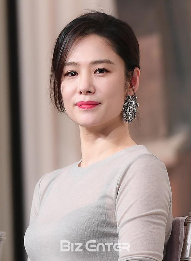 5 bóng hồng bước qua đời So Ji Sub: Toàn mỹ nhân ngực khủng căng tràn bờ đê, Son Ye Jin học vấn thua xa vợ tài tử - Ảnh 11.