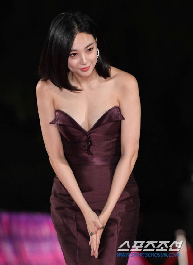 5 bóng hồng bước qua đời So Ji Sub: Toàn mỹ nhân ngực khủng căng tràn bờ đê, Son Ye Jin học vấn thua xa vợ tài tử - Ảnh 37.