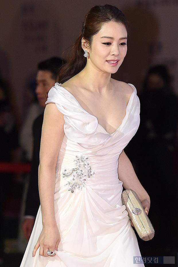 5 bóng hồng bước qua đời So Ji Sub: Toàn mỹ nhân ngực khủng căng tràn bờ đê, Son Ye Jin học vấn thua xa vợ tài tử - Ảnh 28.