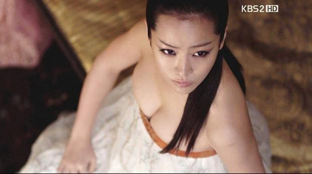 5 bóng hồng bước qua đời So Ji Sub: Toàn mỹ nhân ngực khủng căng tràn bờ đê, Son Ye Jin học vấn thua xa vợ tài tử - Ảnh 32.
