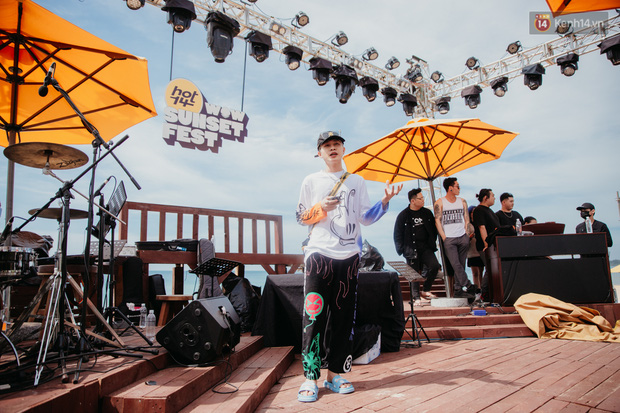Trước giờ G: Jack ăn vận siêu đáng yêu tổng duyệt HOT14 WOW Sunset Fest, Anh Tú - Lyly hát tập thôi mà tình cảm thế này? - Ảnh 2.