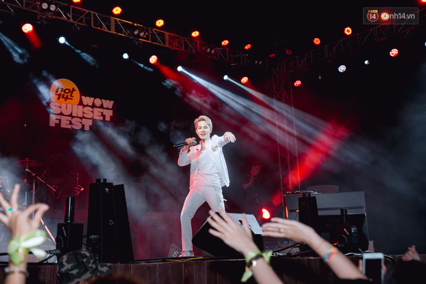 Jack sang the song Dom Dom for the first time on the HOT14 WOW Sunset Fest stage, and the fans remembered the song so fondly!  Figure 3.