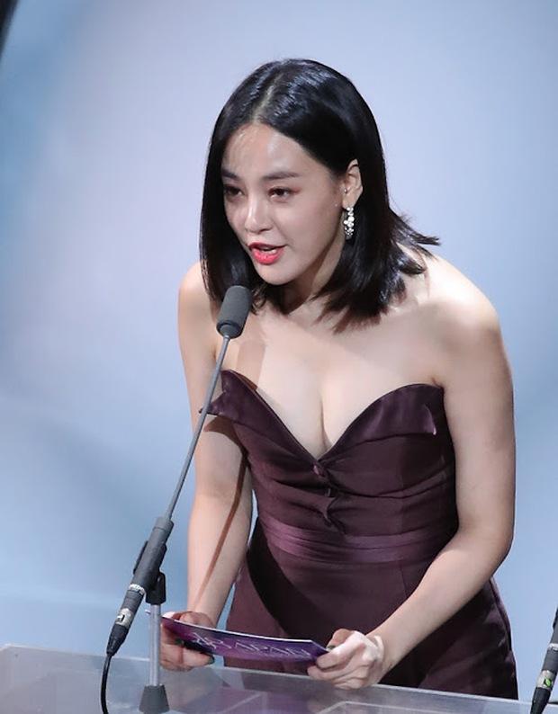 5 bóng hồng bước qua đời So Ji Sub: Toàn mỹ nhân ngực khủng căng tràn bờ đê, Son Ye Jin học vấn thua xa vợ tài tử - Ảnh 38.