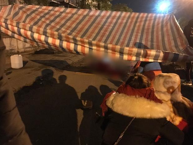 Vụ cô gái bị nam thanh niên sát hại dã man ở Hà Nội: Người thân khóc ngất giữa đêm đông lạnh giá tại hiện trường - Ảnh 6.