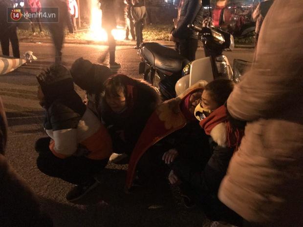 Vụ cô gái bị nam thanh niên sát hại dã man ở Hà Nội: Người thân khóc ngất giữa đêm đông lạnh giá tại hiện trường - Ảnh 8.