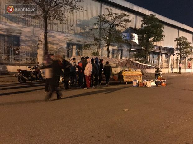 Vụ cô gái bị nam thanh niên sát hại dã man ở Hà Nội: Người thân khóc ngất giữa đêm đông lạnh giá tại hiện trường - Ảnh 4.