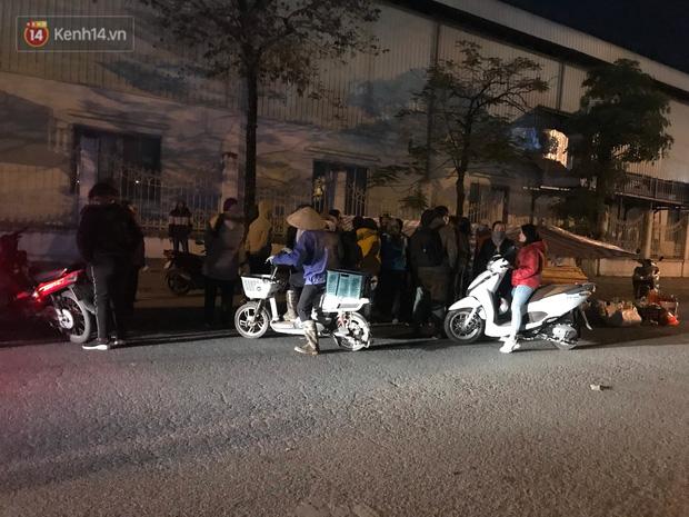Vụ cô gái bị nam thanh niên sát hại dã man ở Hà Nội: Người thân khóc ngất giữa đêm đông lạnh giá tại hiện trường - Ảnh 2.