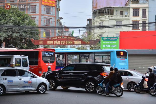Ảnh: Đường Hà Nội chật cứng xe cộ, hàng nghìn người chôn chân, vật lộn với giá rét xấp xỉ 10 độ C - Ảnh 6.