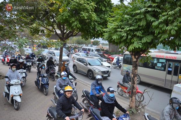Ảnh: Đường Hà Nội chật cứng xe cộ, hàng nghìn người chôn chân, vật lộn với giá rét xấp xỉ 10 độ C - Ảnh 3.
